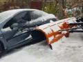 В Киеве снегоуборочный грузовик протаранил припаркованное авто