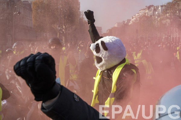 По последним официальным данным, число протестующих во Франции превысило 280 тысяч человек