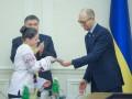 Яценюк вручил 16-летним украинцам первые ID-карты