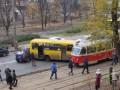 В Киеве маршрутка въехала в трамвай, а в маршрутку врезалась легковушка