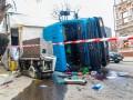В Днепре два ДТП с грузовиками: Один перевернулся в центре, второй провалился в яму