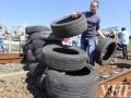 В Киеве строители перекрыли ж/д мост, требуют зарплату (фото)