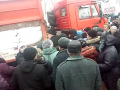 В Липецке толпа штурмовала грузовик с