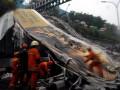 В Индонезии обрушился мост: девять погибших, 17 пострадавших