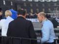 В Киеве трех депутатов облили нечистотами возле Кабмина