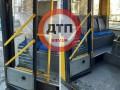 В Киеве под обстрел попал троллейбус