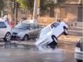 В Одессе провал в дороге поглотил сразу два автомобиля