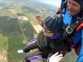 90-летняя бабушка прыгнула с парашютом (ВИДЕО)