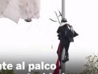 В Испании в ходе парада парашютист повис на столбе