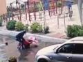 В Киеве грабитель средь бела дня душил женщину