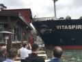 В Стамбуле танкер врезался в исторический особняк