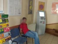 Не дали кредит: на Прикарпатье мужчина топором разбил банкомат