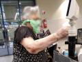 В супермаркете под Запорожьем засняли женщину с пакетом вместо маски