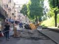 В Киеве у метро Золотые ворота под асфальт провалился экскаватор