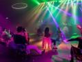 В Нидерландах посетителей клуба рассадили на стулья и запретили вставать