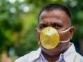Индийский бизнесмен ходит в золотой маске для защиты от коронавируса