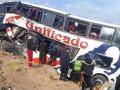 В Боливии автобус врезался в скалу: 17 человек погибли