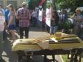 Под здание суда активисты принесли для Компартии гроб (фото)