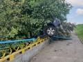 Во Львове авто пробило ограждение моста и зависло на задних колесах