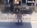 В Москве в торговом центре мужчина ударил себя ножом