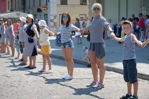Полосатый рекорд: В Одессе люди в тельняшках выстроили самую длинную цепь