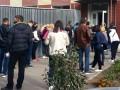 Жители Запорожья целый день ждут в больнице очередь на COVID-тест