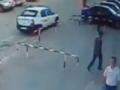 В Томске прохожие разбили стекло Lexus для спасения младенца