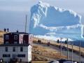 В канадский городок приплыл огромный айсберг