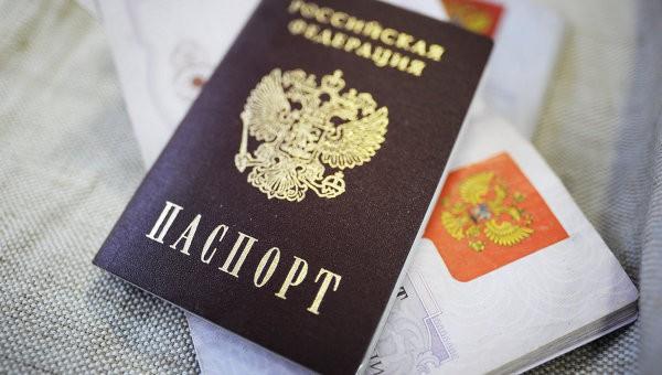 Во Львове супруги из России публично сожгли паспорта