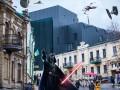 Кусок угля на подсолнуховом поле: соцсети комментируют новый фасад Театра на Подоле