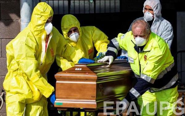 Транспортировка гробов с жертвами коронавируса в городе Понте-Сан-Пьетро