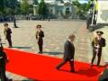 Солдат уронил карабин, когда мимо него шел Порошенко (видео)