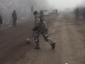 Пока тихо: Украинские военные играют в футбол на блокпосту