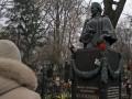 В Киеве вандалы осквернили памятник на могиле Леси Украинки