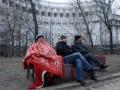 Голодающие под Кабмином чернобыльцы отказались от воды