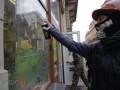 Во Львове люди в масках разрисовали витрины регионалов и «зажгли» прокуратуру