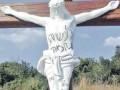 Перед прибытием хасидов. В Умани неизвестные исписали ивритом распятие