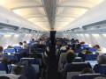 Пассажирка во время полета полностью завернулась в полиэтилен