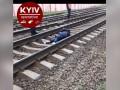 В Киеве поезд наехал на девушку, шедшую по путям