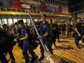 Полиция Гонконга разбирает новые баррикады в центре