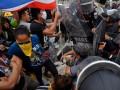 В Бангкоке в столкновениях у Дома правительства ранено трое полицейских