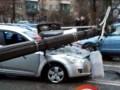 В Киеве на автомобиль во время движения упал столб