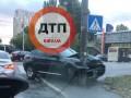 В Киеве машина на скорости припарковалась в столб