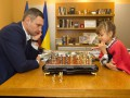 Виталий Кличко сыграл в шахматы с 8-летней чемпионкой Европы