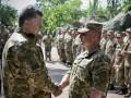 Порошенко наградил бойцов, которые задержали российских военных