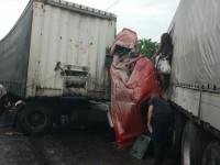 В Киеве столкнулись грузовики: водителей доставали спасатели