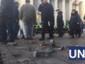 Активисты разбирают плитку и бьют окна у стен ВР