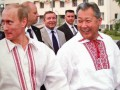 Путин в вышиванке: В соцсетях нашли архивное фото президента России