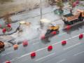Хоть камни с неба: В Киеве коммунальщики кладут асфальт несмотря на дождь