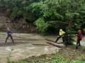 В Карпатах поднявшаяся река отрезала от мира две группы туристов